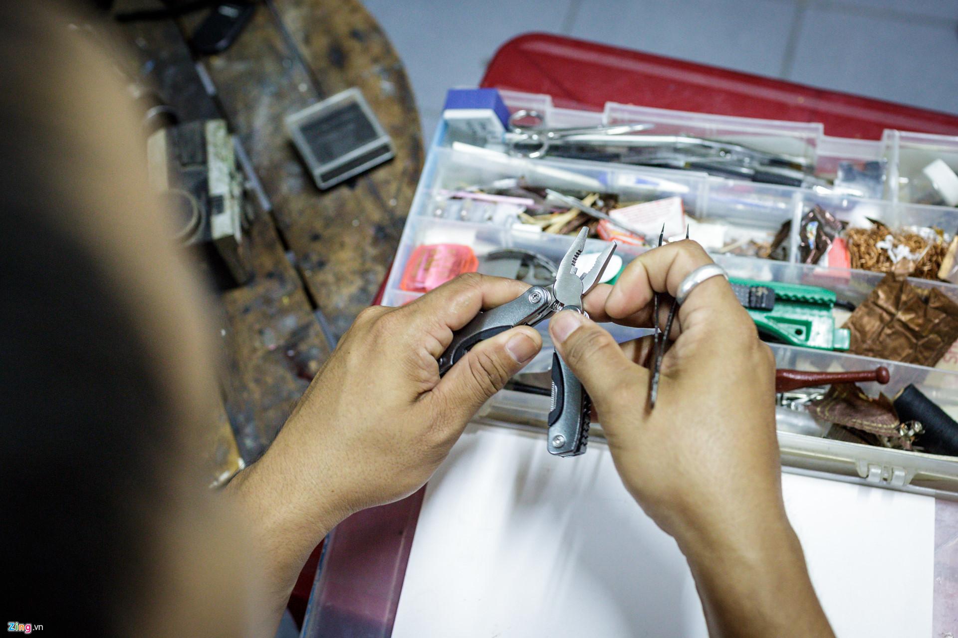 Trong khi đó, dụng cụ để làm mô hình cũng hoàn toàn là những vật dụng dễ kiếm như kềm, nhíp, kéo... Tuy nhiên, sau khi mua dụng cụ về, ông phải chế lại, chẳng hạn như vuốt nhỏ đầu nhíp để phù hợp với loại hình công việc đặc thù này.