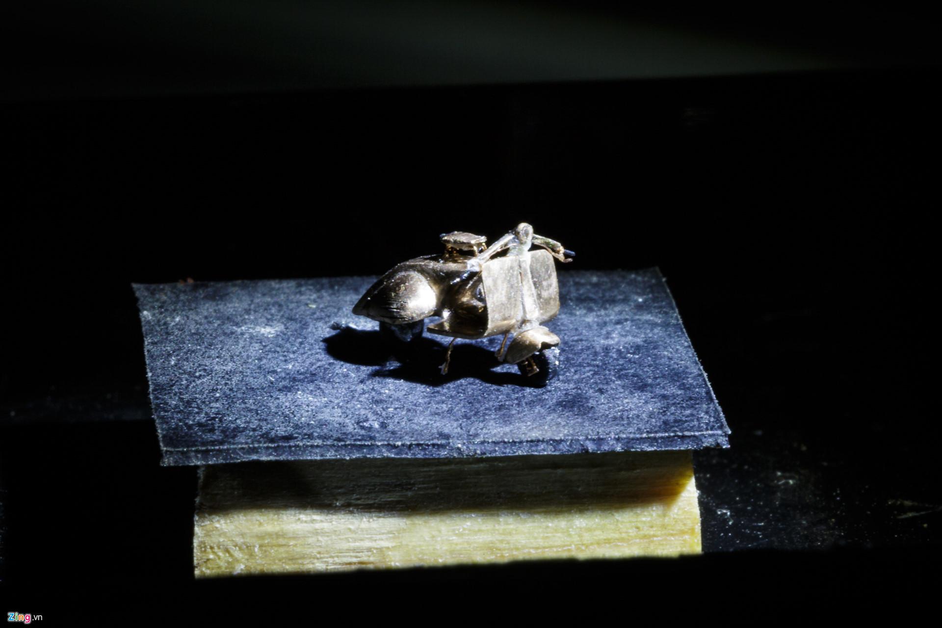 Chất liệu để ông Nam làm nên những mô hình hoàn toàn là những nguyên liệu dễ kiếm, được ông Nam mua ở chợ Nhật Tảo (quận 10) như mạch điện, mùn cưa, cuộn dây biến thế hoặc các kim loại như vàng, bạc, đồng, titan... đối với các mô hình quý giá.