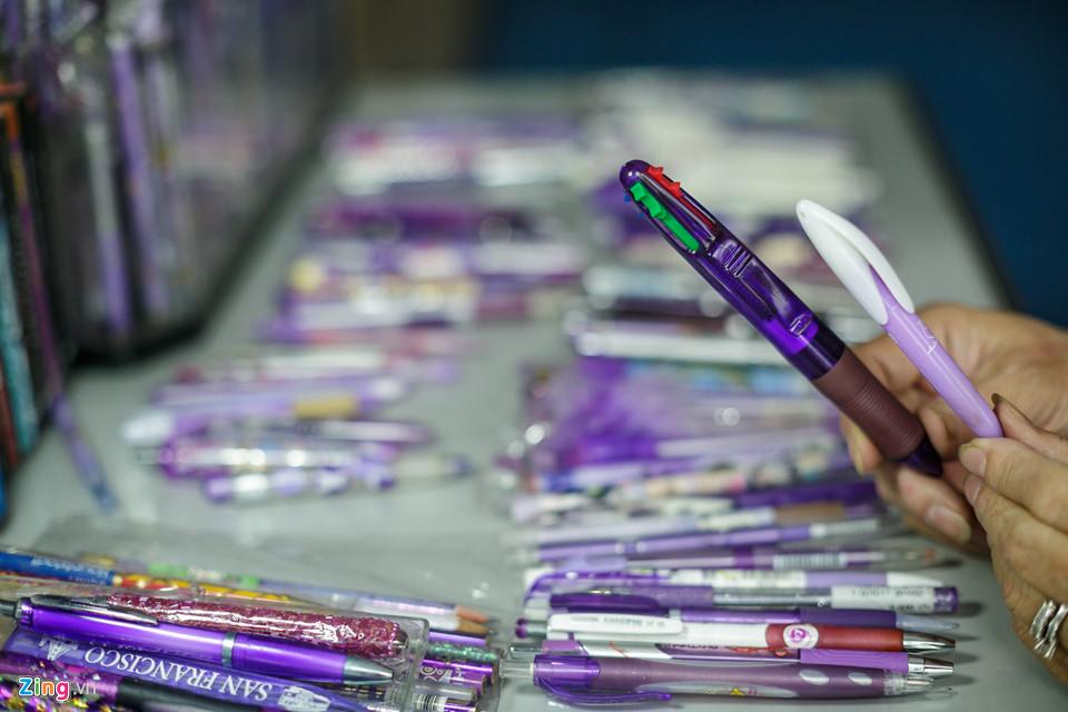 """Các cây viết tím được bà sưu tầm ở Việt Nam trải dài từ giai đoạn sau năm 1975 cho đến nay. Không những thế, mỗi lần có cơ hội đi nước ngoài, bà cũng tìm mua cho bằng được những cây viết tím để cho bộ sưu tập của mình thêm đồ sộ. Đến nay, số lượng các cây viết tím trong bộ sưu tập của bà đã lên đến hơn 1.000 cây, được chia theo từng bộ như viết bấm lò xo, viết ngắn, viết có hoa văn... """"Tuy số lượng nhiều nhưng tôi rất ít khi nào mua trùng nhau, vì mỗi cây viết với tôi đều có ý nghĩa nên tôi rất nhớ"""", bà Loan chia sẻ."""