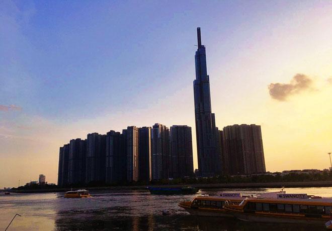 Theo đơn vị nhà thầu là Công ty Cổ phần Xây dựng Coteccons (nhà thầu của Việt Nam), với diện tích 3.000m2, độ dày 8,4m, khối lượng bê tông đài móng của tòa tháp Landmark 81 có thể so sánh ngang với công trình nổi tiếng trên thế giới. Trong ảnh là tòa nhà cao nhất Việt Nam nhìn từ bến buýt đường sông Bình An (quận 2).