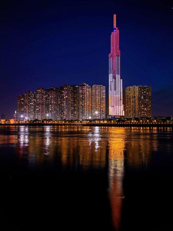 Tòa nhà đẹp rực rỡ khi phố phường lên đèn. Đứng từ xa cả chục km vẫn thấy tòa nhà Landmark 81. Tòa nhà với hiệu ứng ánh sáng đẹp lung linh về đêm khiến nhiều người ngỡ ngàng.