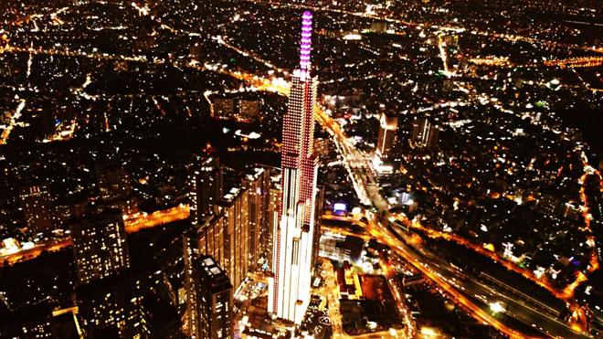 """""""Mấy nay cứ trông tòa nhà này khánh thành để được vào tham quan nhìn Sài Gòn từ trên cao"""", chị Nguyễn Thị Quý ngụ quận Bình Thạnh chia sẻ."""