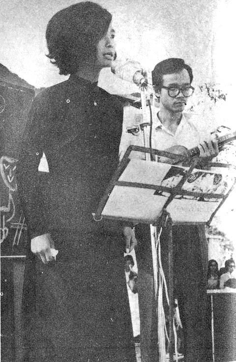 Danh ca Khánh Ly hát bên nhạc sĩ Trịnh Công Sơn tại Quán Văn, Đại học Văn khoa Sài Gòn vào năm 1967