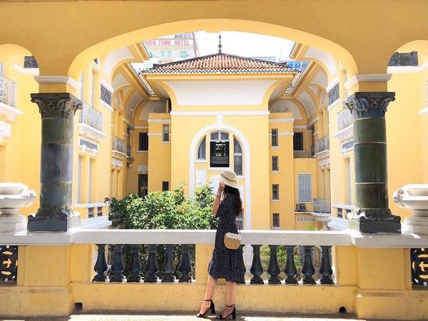 """Đây còn là điểm check-in """"cháy máy"""" của giới trẻ Sài Gòn, nhất là những tâm hồn yêu nghệ thuật, yêu nét hoài cổ của Sài Gòn xưa. Địa chỉ: 97A Phó Đức Chính, quận 1. Mở cửa từ 9h-17h hàng ngày, trừ thứ 2. Giá vé: 10.000 đồng. Ảnh: @tessamikyla, @_bevis.ng99, @canaryhoangyen, @akathecat."""