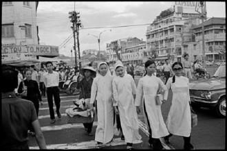 Những người phụ nữ Sài Gòn qua đường ở ngã ba Phan Bội Châu - Lê Lợi., 1972. Ảnh: A. Abbas