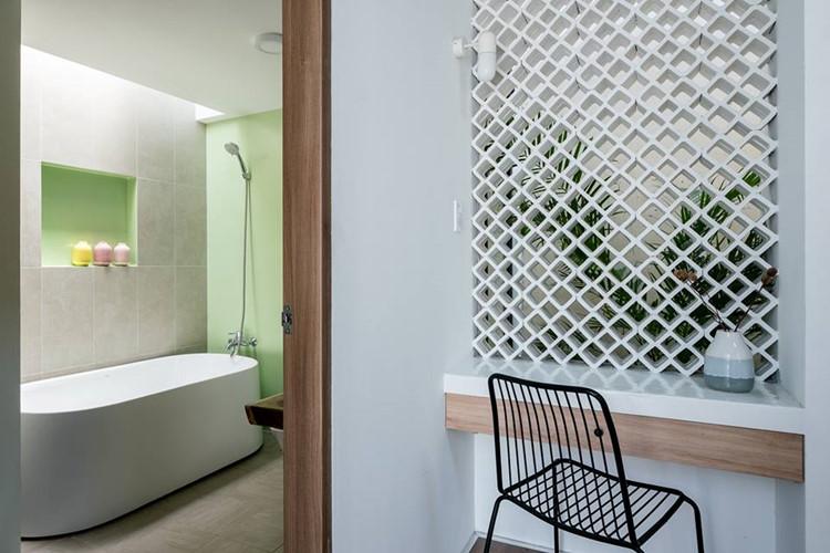 Phòng tắm điểm xuyết màu xanh lá mang đến cảm giác mát mẻ. Nguồn ảnh: Quang Dam.