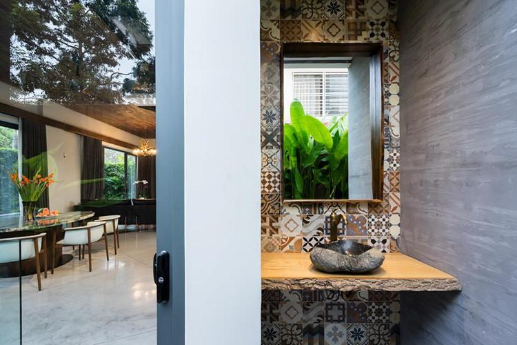 Bồn rửa tay bằng đá gợi cảm giác hoài cổ bên trong biệt thự vườn. Nguồn ảnh: Quang Dam.