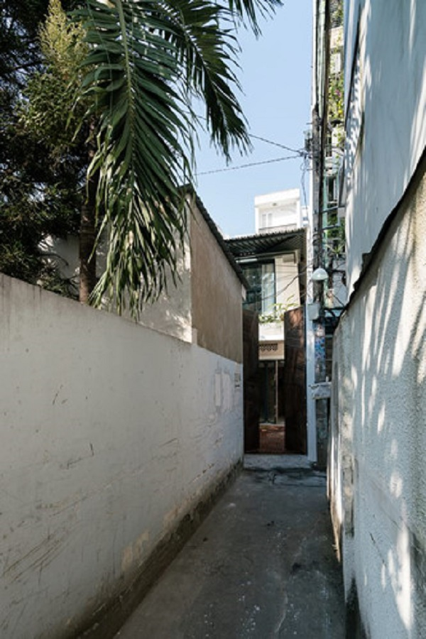 Nằm lọt thỏm trong một con hẻm ở Sài Gòn, công trình được nhóm kiến trúc sư AD+studio cải tạo từ căn nhà cấp 4 cũ.