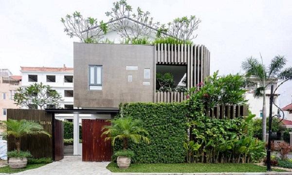 Nằm tại Phú Mỹ Hưng, Q.7 (TP HCM), ngôi biệt thự (nhóm QBI Corp thiết kế) gây chú ý với cây xanh phủ kín ngoài mặt tiền.