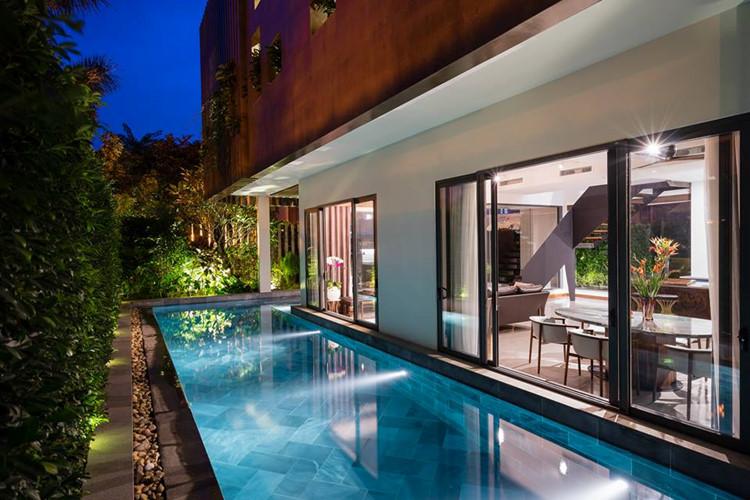 Một bể bơi lớn ngoài trời bố trí cạnh khu vực phòng khách.