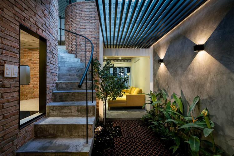 Giữ lại khung kết cấu hiện trạng, kiến trúc sư còn sử dụng hệ mái che rộng bên trên mở ra khoảng không gian thông thoáng phía dưới.