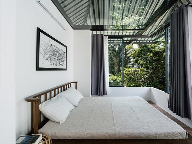 Nhờ hệ mái che hình chiếc ô phía trên, trần phòng ngủ thiết kế kính trong suốt cho ánh sáng tự nhiên luôn tràn ngập.