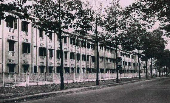 Maternité Indochinoise (Bảo sanh viện Đông Dương, nay là Bệnh viện Từ Dũ) xây dựng trên miếng đất do dòng họ Hui Bon Hoa tặng và xây dựng; diện tích 19.123m2 trên đường Arras (nay là đường Cống Quỳnh, Q.1, TP. HCM). Kiến trúc tòa nhà hiện vẫn khá nguyên vẹn sau 79 năm (1937-2016). Con đường phía trước hiện nay là đường Nguyễn Thị Minh Khai, hàng cây nhỏ trên đường giờ đã thành cổ thụ - Ảnh tư liệu