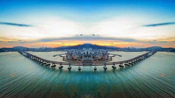 """1. Busan (Hàn Quốc): Với cảnh quan thiên nhiên tuyệt đẹp, du khách có thể leo núi, thăm các ngôi chùa nổi tiếng, ngâm mình trong suối nước nóng, hay thưởng thức hải sản tại chợ cá Jagalchi lớn nhất nước. """"Thành phố Văn hóa Đông Á 2018"""" này hứa hẹn là điểm đến sôi động trong năm nay với nhiều sự kiện văn hóa đặc sắc. Ảnh: Architectureimg.com."""