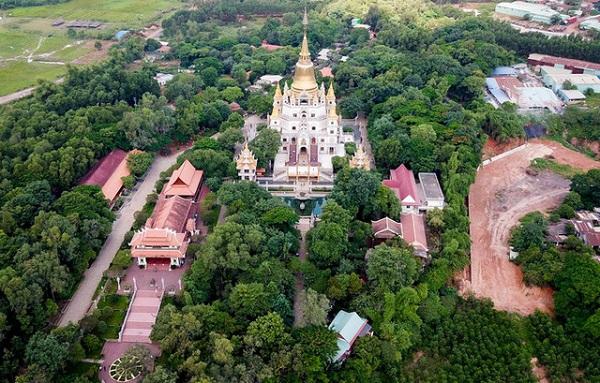 Chùa Bửu Long (đường Nguyễn Xiển, quận 9, TP HCM) được xây dựng từ năm 1942. Chùa nằm trên khuôn viên rộng 11 ha, vị trí là ngọn đồi phía tây sông Đồng Nai, cách trung tâm thành phố khoảng 25 km. Năm 2007 chùa Bửu Long được trùng tu và xây dựng thêm. Chùa có lối kiến trúc đặc trưng của các chùa Thái Lan, Ấn Độ và kết hợp cùng nét kiến trúc các chùa thời Nguyễn tạo nên vẻ đẹp độc đáo.
