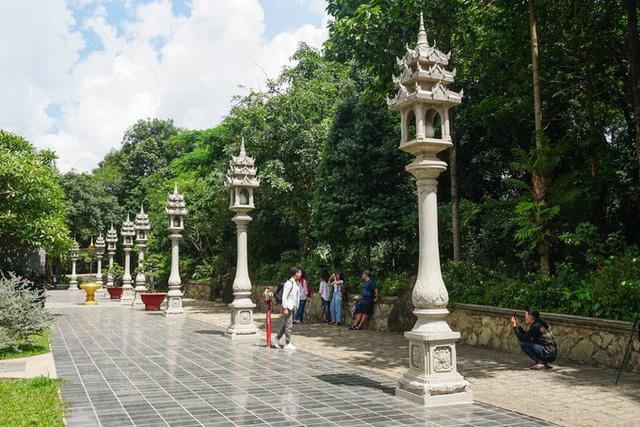 Khuôn viên chùa có diện tích lớn bậc nhất trong các ngôi chùa ở Sài Gòn và bao phủ nhiều cây xanh. Quanh sân chính là hàng thạch đăng tự rất đặc trưng của kiến trúc Phù Nam cổ xưa.