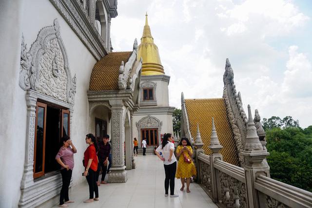 Do có đỉnh tháp sơn vàng và cấu trúc của tòa tháp giống với một số ngôi chùa ở Thái Lan nên nhiều người quen gọi chùa Bửu Long là chùa Thái Lan. Chùa thường xuyên đông khách tham quan, chụp hình nhất là dịp cuối tuần. Theo Quỳnh Trần VnExpress