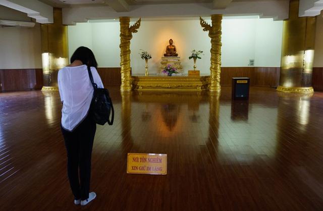 Theo hệ Phật giáo nguyên thủy Nam tông nên trong chùa chỉ có tượng Phật Thích Ca và không bao giờ thắp nhang như các chùa hệ phái khác.