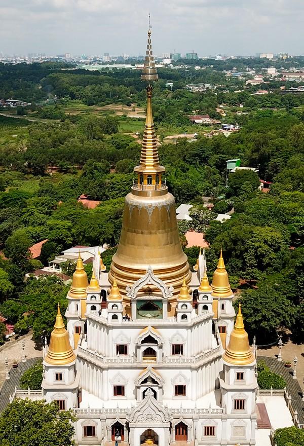Điểm nhấn của ngôi chùa là Bảo tháp Gotama Cetiya xây từ năm 2007, hoàn thành sau 6 năm. Bảo tháp là nơi thờ xá lợi Phật và các Chư Thánh Tăng. Bảo tháp rộng trên 2.000 m2, cao 70 m, được xây dựng theo nét của văn hóa Phù Nam. Xung quanh là các tháp nhỏ, đều làm bằng đồng, có màu vàng óng.