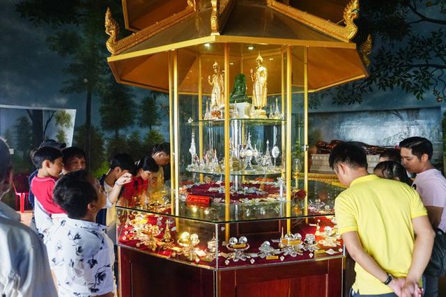 Trong đỉnh chính của bảo tháp là nơi tôn thờ ngọc Xá Lợi Đức Phật và Xá Lợi chư Thánh Arahán, thu hút nhiều du khách tham quan.