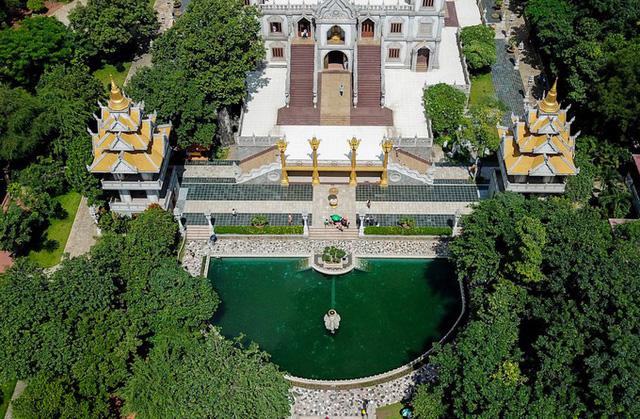 Ngay dưới chân bảo tháp là hồ bán nguyệt có diện tích 280 m2, ở giữa có vòi phun nước hình rồng.