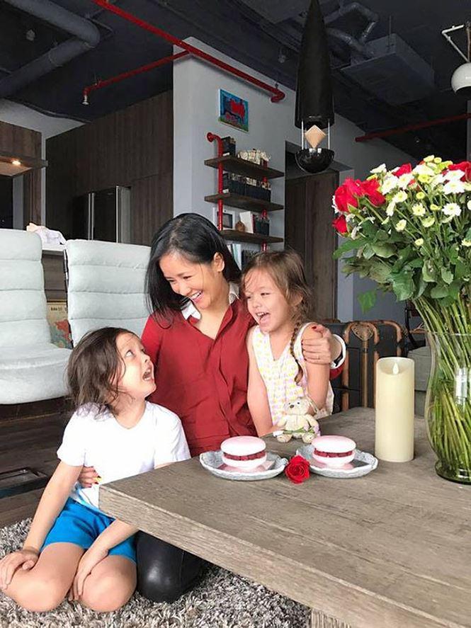 Phút giây vui vẻ của ba mẹ con Hồng Nhung trong căn nhà của mình.