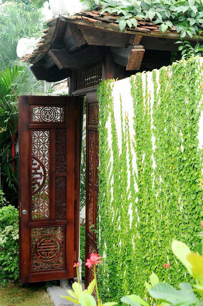 Cổng vào mang phong cách cổ kính, có kiến trúc đặc trưng của văn minh châu thổ sông Hồng