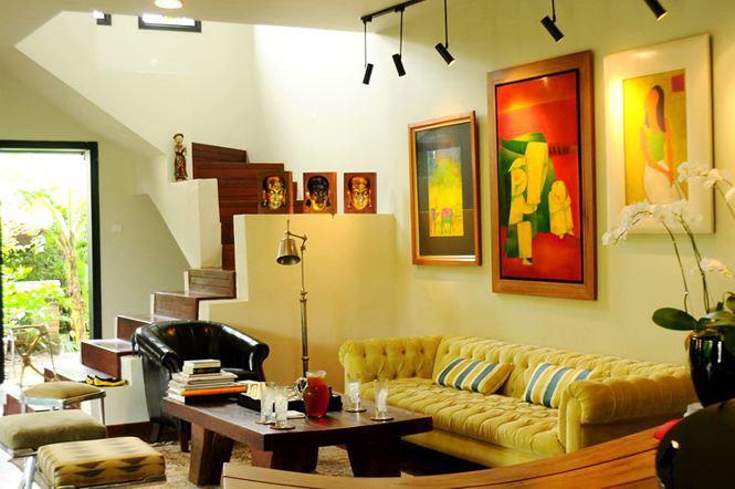 Nội thất phòng khách không còn vẻ cổ kính như bên ngoài, thay vào đó là không gian hiện đại, nội thất tươi sáng.
