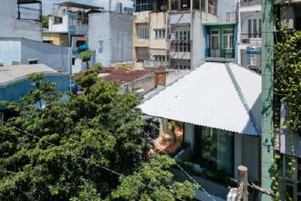 Ngôi nhà hai tầng của cặp vợ chồng trẻ nằm trong góc khuất của con hẻm nhỏ ở Sài Gòn. Nằm giữa các khối nhà dày đặc, công trình vẫn nổi bật nhờ hình dạng và kết cấu mái gợi nhớ tới chiếc ô.