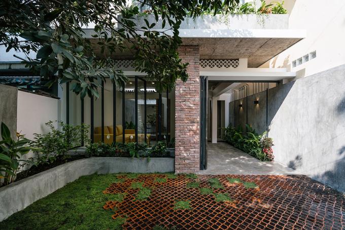 Trước nhà là một khoảng sân rộng, cây xanh che bóng mát nên tạo ra không gian tương đối biệt lập.