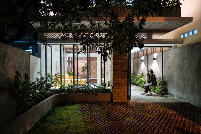 Khu đất có bề ngang 6m cho phép chia tách mặt bằng theo cả chiều ngang và chiều dọc. Nhờ đó, ngôi nhà có thể mở cửa ở nhiều phía, thông thoáng hơn.