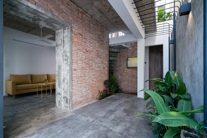 Các chi tiết kiến trúc của nhà cũ như hàng hiên, tường gạch mộc, gạch thông gió được tái sử dụng trong nhà mới. Những yếu tố này phù hợp với điều kiện nhiều mưa nắng ở Sài Gòn.
