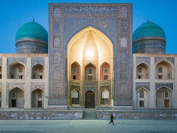 """2. Uzbekistan: Điểm đến trên """"Con đường tơ lụa"""" huyền thoại này vượt khỏi trí tưởng tượng của nhiều du khách với kiến trúc Hồi giáo lộng lẫy. Cuối năm ngoái, Uzbekistan đã có những bước tiến lớn phát triển du lịch như miễn phí visa, visa điện tử, mở các đường bay mới, cải tạo đường sắt cao tốc... Ảnh: Pinterest.com."""