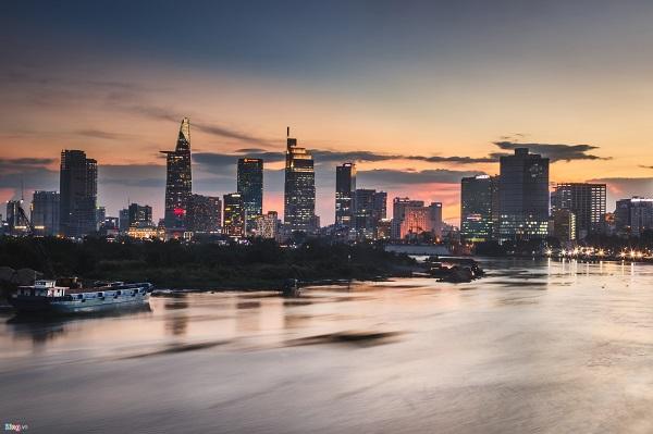 Nhờ những hệ thống sông ngòi, kênh rạch phong phú đã tạo thêm vẻ đẹp cho thành phố, lung linh, huyền ảo mỗi khi mặt trời lặn.