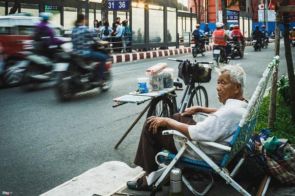 Sài Gòn nhộn nhịp, sôi động với sức sống mãnh liệt chẳng khi nào yên tĩnh. Với ít phút ngắn ngủi dạo chơi công viên buổi sáng, ngồi ghế đá đăm chiêu ngắm dòng người ngược xuôi đang hối hả cũng đủ để cảm nhận được điều này.