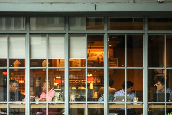 Nhà hàng cà phê máy lạnh đắt khách. Sài Gòn nóng quanh năm, không có mùa Đông như các tỉnh phía bắc là mảnh đất yêu thích của những người không ưa tiết trời lạnh.