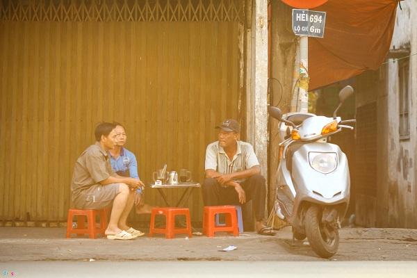 Quán cóc vỉa hè ở Sài Gòn khác với quán nước ở Hà Nội. Nơi đây thường bán cả cà phê với giá rất rẻ, 10.000 - 15.000 đồng/ly.