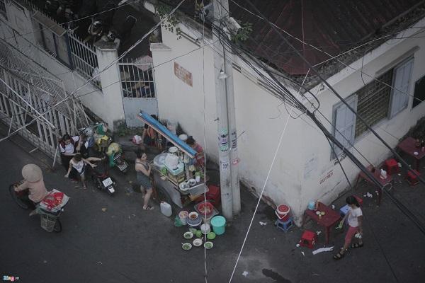 Các con hẻm thường được trưng dụng làm nơi kinh doanh buôn bán nhỏ lẻ, chủ yếu là hàng ăn sáng, ăn tối.