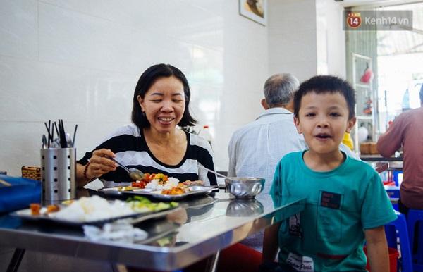 """Mở một quán cơm dành cho người có thu nhập """"chưa có"""" là cách để anh bán chuối chiên cảm ơn cuộc đời."""