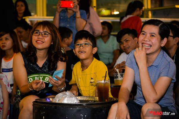 Nhiều khán giả nhí cũng phấn khởi thích thú khi lần đầu tiên được ba mẹ dẫn đến chơi lô tô