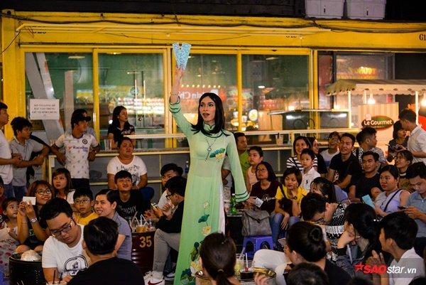 Các chị túc trực bán vé cho người xem Sài Gòn.