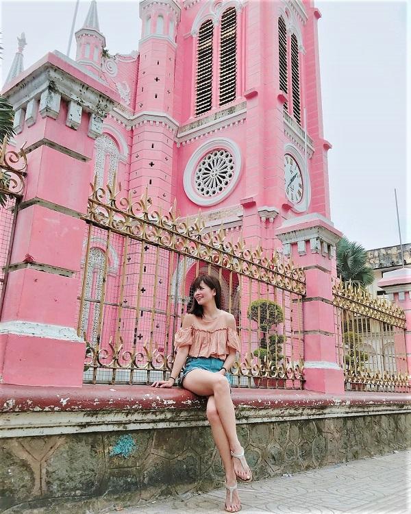"""Với sắc hồng nổi bật thế này, nhà thờ Tân Định đã trở thành địa điểm check-in rất hot của giới trẻ Sài Gòn. Cuối tuần rảnh rỗi, rủ ngay hội bạn ra đây """"pose"""" dáng thôi. Ảnh: @gloriapanpan1218, @yuny_ku."""