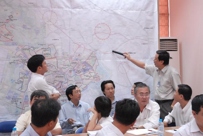 Giám đốc Sở Quy hoạch và Kiến trúc Nguyễn Trọng Hòa (người đang chỉ bản đồ) trong một buổi họp với các quận huyện về vấn đề ráo riết ngăn chặn cấp phép dự án đất phân lô TRẦN THANH BÌNH