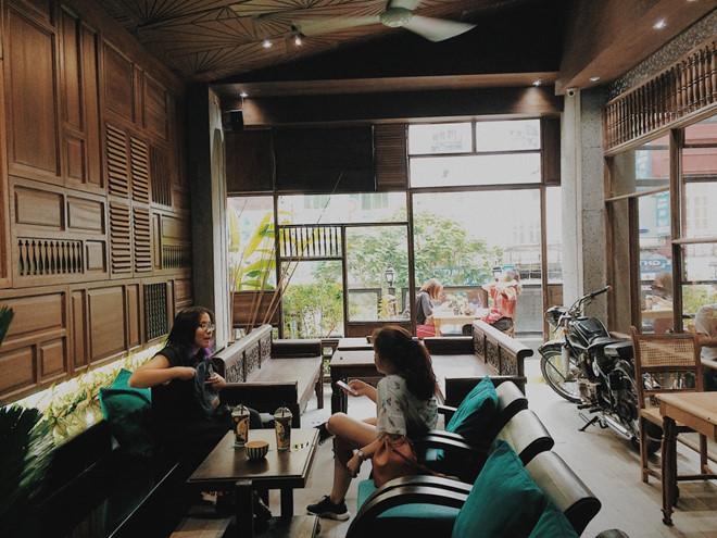 """Cách đây không lâu, cộng đồng mạng được dịp tham dự sự kiện khai trương hoành tráng của quán cà phê Cô Ba. Đó cũng là tiếng nói đầu tiên của Little Saigon - một lời """"chào sân nhà"""" đủ để gây tiếng vang. Little Saigon với sự chỉn chu trong cách trang trí hứa hẹn là điểm """"sống thật"""" hấp dẫn giới trẻ."""