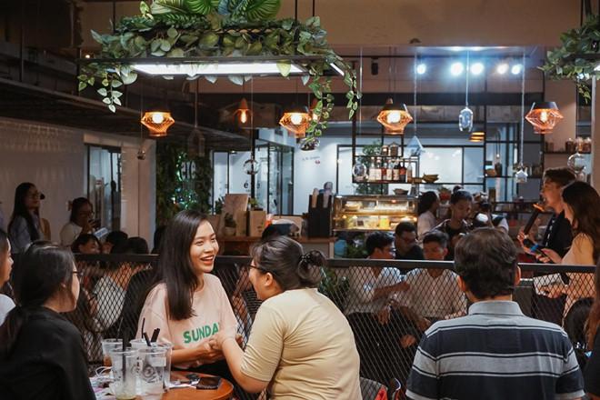 Sự phồn hoa của Sài Gòn vốn kéo dài xuyên suốt từ xưa đến nay. Nếu trước đây hòn ngọc viễn Đông là nơi giao thoa văn hóa, trong đó có ẩm thực với các nước bạn, thì ngày nay, Little Saigon cũng không thiếu những thương hiệu danh tiếng làm nên nét đặc sắc trong ẩm thực nơi này.