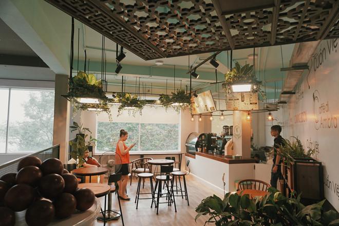 Little Saigon còn sở hữu nhiều cửa hàng nước uống tinh gọn phù hợp với nhịp sống bận rộn ngày nay. Đó là những quán cà phê độc đáo, có tầm nhìn đẹp hướng ra Bến Nhà Rồng như Tiny Ink hay K Milktea phục vụ đa dạng sở thích của thực khách.