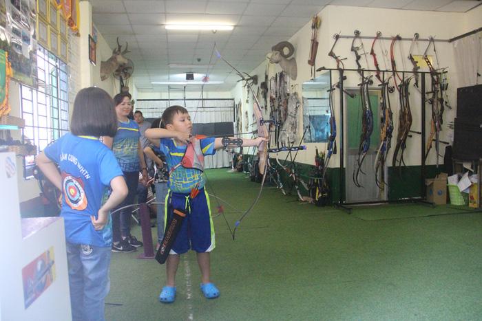 Huỳnh Wikitor Minh An ( 7 tuổi, quận 7) tham gia môn bắn cung và đã học lên trình độ nâng cao - Ảnh: MINH PHƯỢNG