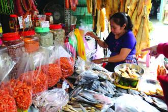 Các mặt hàng khô ở chợ Campuchia.