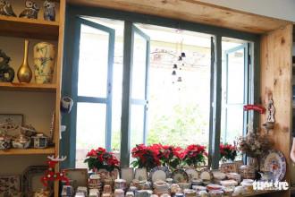 Ở tiệm Nhà có hai người, bạn sẽ tìm thấy cảm giác thoải mái và bình yên như lạc giữa khu rừng thần thoại của Alice, với tất cả đồ trang trí đều được làm bằng gồm.