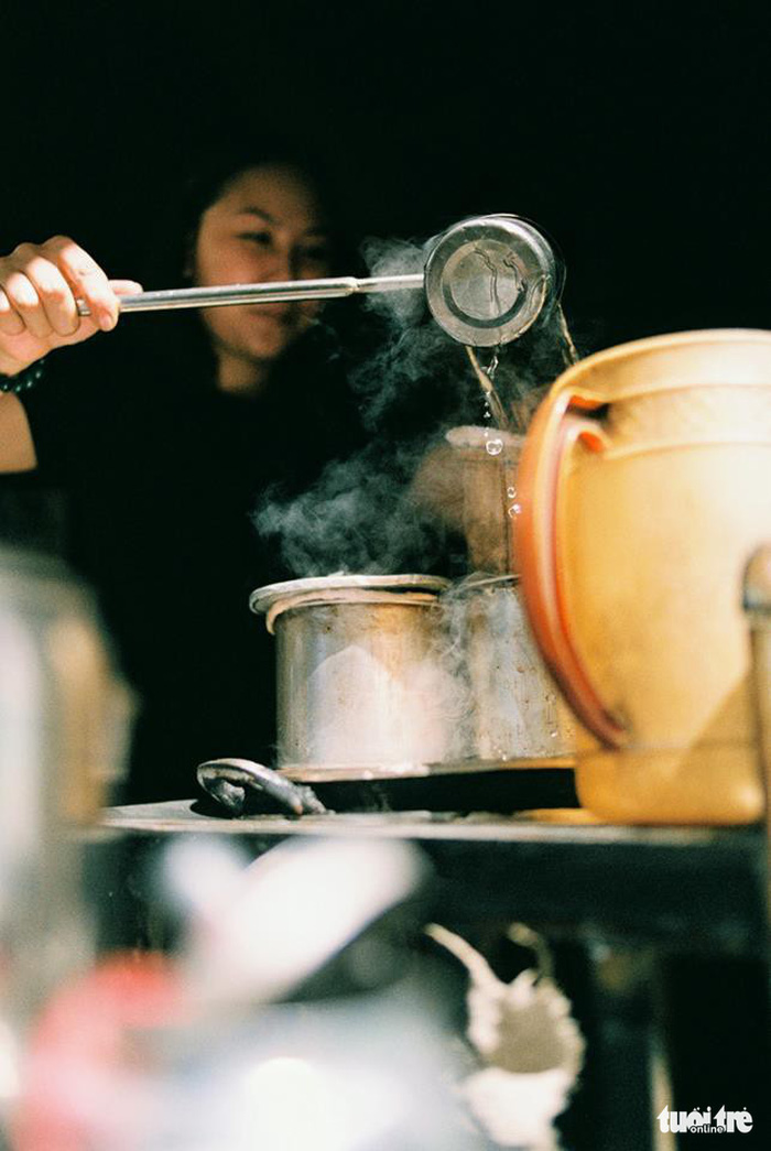 Cà phê vợt không dùng qua phin mà cho vào túi vợt bằng vải dài, đổ trực tiếp nước sôi vào và đun liên tục trên bếp lửa than - Ảnh: MỸ DUYÊN